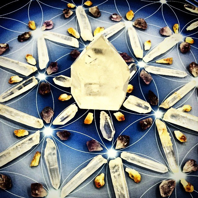 Laser #lemurian crystal grid of the day on top of a blue flower of life mandala. #powerful energy swirling here.